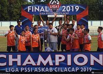 JUARA: Tim juara Liga 2 Askab Cilacap, Mer-c saat menerima hadiah, di Stadion Wijayakusuma Cilacap, Sabtu (21/12). (SM/dok)