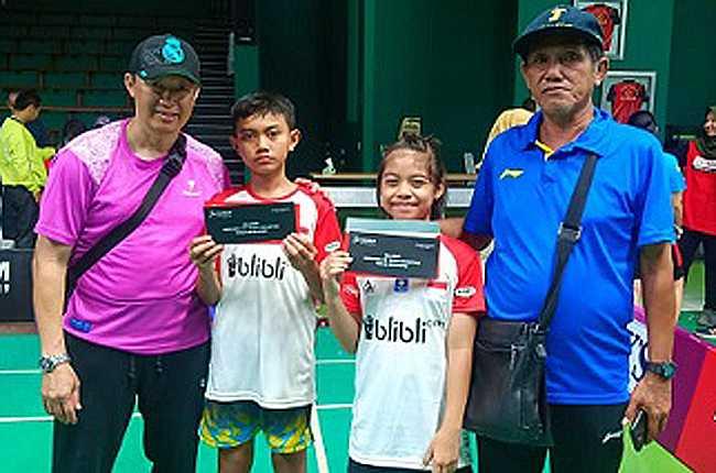 LOLOS: Pelatih PB Kartika Didit Mardito (kanan) dan dua anak didiknya yang lolos audisi PB Djarum (dari kanan) Bunga Kirana dan Zikri Annail, bersama Ervan (asisten pelatih). (SM/dok).