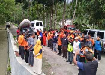 APEL PENCARIAN: Tim gabungan mengikuti apel pagi sebelum operasi pencarian jasad Rohmat warga Gununggiana Kecamatan Madukara yang dilaporkan tenggelam di Sungai Mrawu sejak Senin (25/11).(SM/Castro Suwito-37)