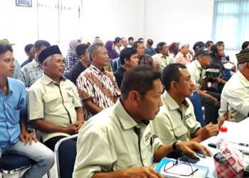 KONSULTASI DAN PENGUNDIAN : Sejumlah pelanggan mengikuti kegiatan konsultasi serta pengundian hadiah di Gedung PDAM Tirta Satria Purwokerto, Senin (16/12) siang.(SM/ M Abdul Rohman)