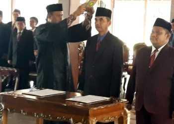 DIAMBIL SUMPAH: Dua pejabat eselon II diambil sumpah di Pendapa Si Panji Purwokerto, Jumat (27/12). Mereka adalah joko Wiyono sebagai kepala dinakerkop UKM dan Amrin Ma'ruf sebagai kepala DPMPPTSP.(SM/Agus Wahyudi -20)