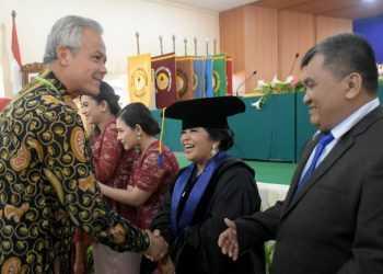 BERI SELAMAT: Gubernur Jawa Tengah, Ganjar Pranowo memberi ucapan selamat pada Retno Supriyanti usai dikukuhkan menjadi guru besar Universitas Jendral Soedirman di Gedung Soemarjito Purwokerto, Rabu (18/12).(SM/Dian Aprilianingrum-52)