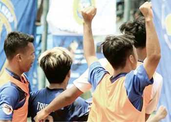 SELEBRASI : Triyanto (tengah) bersama rekan-rekannya melakukan selebrasi di depan tribune suporter Persibas, saat mengalahkan PSKC, kemarin. (SM/dok)