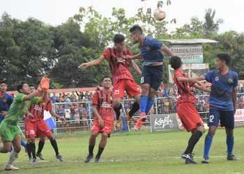 BEREBUT BOLA: Pemain Persibas berebut bola dengan pemain Putra Jombang saat liga 3 Jateng di GOR Satria Purwokerto, Minggu (24/11). (SM/Dian Aprilianingrum-37)