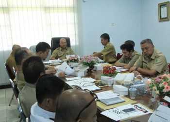 RAKOR TPID: Sekda Banjarnegara Indarto memimpin rapat koordinasi Tim Pengendali Inflasi Daerah (TPID) untuk mengantisipasi lonjakan permintaan berbagai komoditas menjelang Natal dan Tahun Baru 2020. (SM/Castro Suwito)