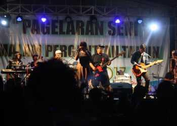 MENGHIBUR: Salah satu band lokal Purwokerto menghibur pengunjung Malam Tahun Baru di GOR Satria Purwokerto, beberapa waktu lalu.(SM/Nugroho PS)