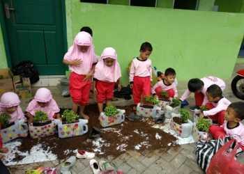 MEMBUAT TAMAN: Siswa TK IT Permata Hati Banjarnegara sedang membuat taman di depan kelas masing-masing dalam puncak tema tanaman. (SM/dok)