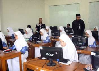 SIMULASI UN: Sejumlah peserta didik mengikuti kegiatan simulasi Ujian Nasional (UN) secara online di SMP 1 Purwokerto.(SM/Budi Setyawan-37)