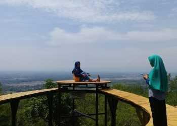 MENGABADIKAN LIBURAN :Sejumlah pengunjung mengabadikan liburan di Lokawisata Kemit Forest, masuk Desa Karanggedang, Kecamatan Sidareja, Cilacap, Jumat (20/12). (52) (SM/Teguh Hidayat Akbar)