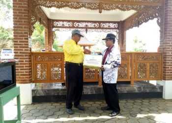 SERAHKAN DONASI: Ketua PGRI Pagentan Mahadi menyerahkan donasi yang dikumpulkan dari anggota PGRI Pagentan kepada pengurus Yayasan Dr Sulistyo untuk mendukung pembangunan Rumah Literasi di kompleks tersebut.(SM/dok)