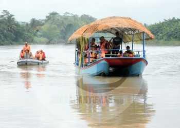 MENAIKI PERAHU: Bupati Banyumas, Achmad Husein dan rombongan menaiki perahu menyusuri Sungai Serayu pada peresmian destinasi wisata Kampung Batik Kalisuren, Desa Papringan, Kecamatan Banyumas, belum lama ini. (SM/Dian Aprilianingrum  -52)