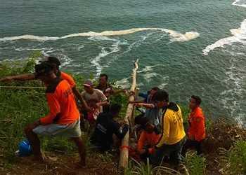 EVAKUASI KORBAN: Tim SAR gabungan menyiapkan peralatan untuk mengevakuasi mayat korban dengan cara menarik tubuh korban ke atas dengan menggunakan tali, di Pantai Karangbolong, Kebumen, Jumat (17/1) (SM/Dok)