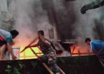 PADAMKAN API: Santri, warga dan aparat Koramil Cilongok memadamkan api di kelas asrama putra yang terbakar kemarin pagi.