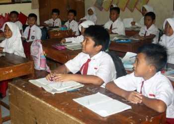 KEGIATAN PEMBELAJARAN: Sejumlah siswa SD Karangklesem 1 Korwilcam Purwokerto Selatan mengikuti kegiatan pembelajaran di kelas. Sekolah ini merupakan salah satu sekolah hasil regrouping.(SM/Budi Setyawan-60)