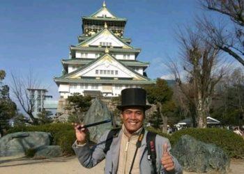 KE JEPANG: Pak Sabar Tarot saat berkeliling di Negeri Sakura Jepang beberapa waktu lalu.