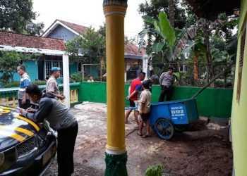 PERIKSA LOKASI: Personel Polsek Karanglewas saat memeriksa lokasi penemuan dua bola logam yang diduga mortir di Desa Pasir Lor, Kecamatan Karanglewas, Sabtu (4/1) sore.