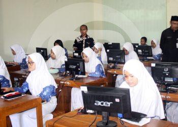 SIMULASI UN:Sejumlah peserta didik di salah satu SMP di Kabupaten Banyumas saat mengikuti kegiatan simulasi Ujian Nasional (UN) berbasis komputer.(SM/Budi Setyawan-60)