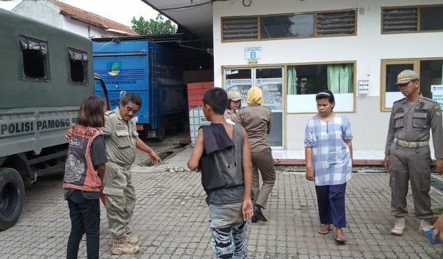 ANAK PUNK : Petugas Satpol PP Kabupaten Banyumas menjaring beberapa anak punk yang ngamen di lampu bangjo. Mereka yang terjaring dibawa ke Dinsospermades Kabupaten Banyumas untuk pembinaan. (SM/dok)