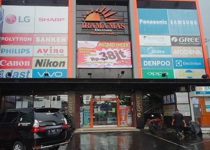 BANNER PROMO : Pengelola Toko Irama Mas di Jl. Gatot Subroto Purwokerto memasang banner Promo Angpao Imlek 2020 di gedung toko untuk memberi informasi kepada masyarakat. (SM/Puji Purwanto)