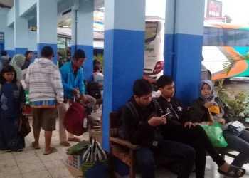 MENUNGGU PEMBERANGKATAN: Sejumlah calon penumpang bua antarkota antarprovinsi (Akap) menunggu pemberangkatan di Terminal Karangpucung, Kabupaten Cilacap, Rabu (1/1) sore. (SM/Teguh Hidayat Akbar-52)