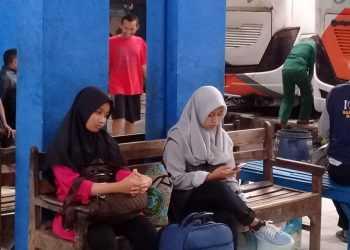 TUNGGU PEMBERANGKATAN: Sejumlah calon penumpang menunggu pemberangkatan bus di Terminal Karangpucung, Kabupaten Cilacap, Jumat (3/1). (SM/Teguh Hidayat Akbar-52)