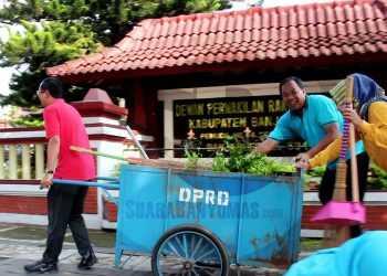 JUMAT BERSIH: Sejumlah pegawai Pemkab Banjarnegara melakukan aksi bersih lingkungan di depan Gedung DPRD Banjarnegara dalam Gerakan Jumat Bersih, Jumat (24/1). (SM/Castro Suwito-37)