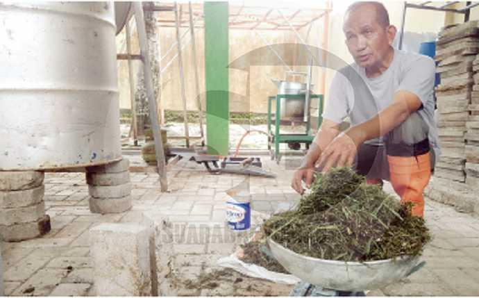 BATU BATA: DosenPoltekkesKemenkesSemarang JurusanKesehatan LingkunganPurwokerto DjamaluddinRamlan, menunjukkan sampah organik berupa rumput dan batu bata yang terbuat darirumput, kemarin.(60) (SM/Gayhul Dhika Wicaksana)
