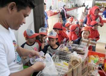 KUNJUNGAN PASAR: Sejumlah siswa TK Diponegoro 60 Kedungbanteng berlatih berbelanja di Pasar Manis Purwokerto, Rabu (15/01). Kegiatan yang difasilitasi oleh pihak sekolah tersebut bertujuan untuk mengenalkan fungsi pasar secara dini terhadap anak-anak.(SM/Dian Aprilianingrum -52)