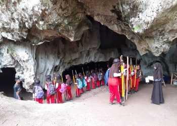 WISATA GUA: Pengunjung berwisata di Kompleks Gua Serwiti dan Gua Lawang, Desa Darmakradenan, Ajibarang, beberapa waktu lalu. (SM/dok)