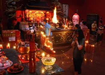 BERIBADAT: Umat Konghucu , Banyumas, beribadat di Kelenteng Boen Tek Bio, Banyumas, menyambut pergantian Tahun Imlek 2571, Jumat (24/1) malam. (SM/Nugroho Pandhu Sukmono)