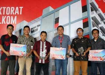 BERPOSE: Tim IT Telkom berpose bersama usai menerima penghargaan Krenova Banyumas 2019 di kantor Bappedalitbang Banyumas, baru-baru ini.(SM/dok)