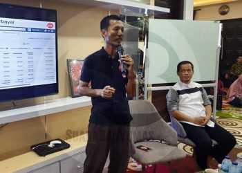 BISNIS ONLINE: CEO Kampung Marketer Nofi memaparkan materi saat Pelatihan Bisnis Online yang diadakan anggota DPR Rofik. (SM/Arief Noegroho-52)