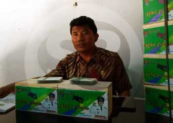 KOTAK CELENGAN: Kepala Desa Jetis, Kecamatan Nusawungu, Cilacap, Muharno SE sedang menunjukan kotak celengan yang akan dibagikan secara gratis kepada warga yang telah ikut Program BPJS Ketenagakerjaan (BP Jamsostek). (SM/Agus Sukaryanto-52)