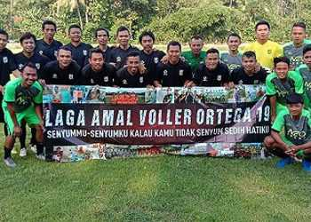 AMAL: Pemain-pemain eks Liga 2 dan Liga 3 berfoto bersama sebelum turun pada laga amar untuk Vller Ortega, di lapangan Mungangsari, Ajibarang, Sabtu (18/1). (SM/dok).