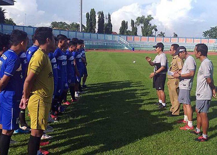 PENGARAHAN: Pelatih Jaya Hartono (bertopi) bersama Ketua dan Manajer PSCS Bambang Tujiatno dan asisten peltih memebri pengarahan pada latihan perdana, kemarin.(SM/dok-60)