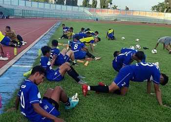 PENDINGINAN: Pemain seleksi PSCS melakkan pendinginan, usai berlatih di Stadion Wijayakusuma. (SM/dok).