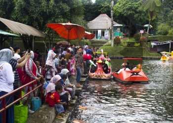 BERMAIN SEPEDA AIR: Pengunjung bermain sepeda air di komplek Lokawisata Baturraden, baru-baru ini. (SM/Nugroho Pandhu Sukmono-37)