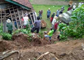 KERJA BAKTI:  Sejumlah warga bersama pihak terkait bekerja bakti membersihkan material longsoran tanah yang menimpa rumah warga di Desa Matenggeng, Kecamatan Dayeuhluhur, Kabupaten Cilacap, Selasa (7/1). (SM/dok/ilustrasi)