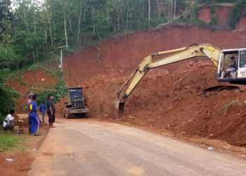 GUNAKAN ALAT BERAT: Penanganan longsoran tebing yang mengenai jalan kabupaten di Desa Bener, Kecamatan Majenang, Kabupaten Cilacap menggunakan alat berat, Minggu (26/1). (SM/dok)
