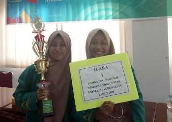 FINALIS: Mahasiswi IAIN Purwokerto, Nia Nur Pratiwi dan Diana Noviyanti menjadi juara I Lomba Esai Tingkat Nasional di Bengkulu, kemarin. (SM/dok IAIN Purwokerto)
