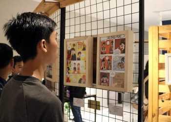 """MELIHAT-LIHAT: Sejumlah pengunjung melihat-lihat karya yang dipamerkan pada pameran """"Maze Exhibition"""", di Ramiro Cafe, Purwokerto, baru-baru ini.(SM/dok)"""