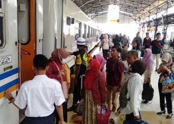 PADAT : KA Joglosemarkerto yang melayani rute Solo-Jogja-Purwokerto-Tegal-Semarang-Solo selalu dipadati penumpang selama angkutan Nataru 2019-2020. (SM/Sigit Oediarto)