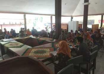 DAPATKAN PENGARAHAN: Puluhan pasangan suami istri dari sejumlah desa mendapatkan pengarahan persiapan persyaratan isbat nikah massal di Pendapa Kecamatan Karanglewas kemarin.