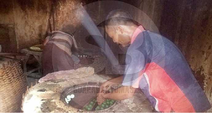 PRODUKSI NOPIA : Perajin Nopia Mino di Desa Pekunden, Kecamatan Banyumas saat memproduksi nopia di rumahnya belum lama ini.(60) (SM/Susanto)