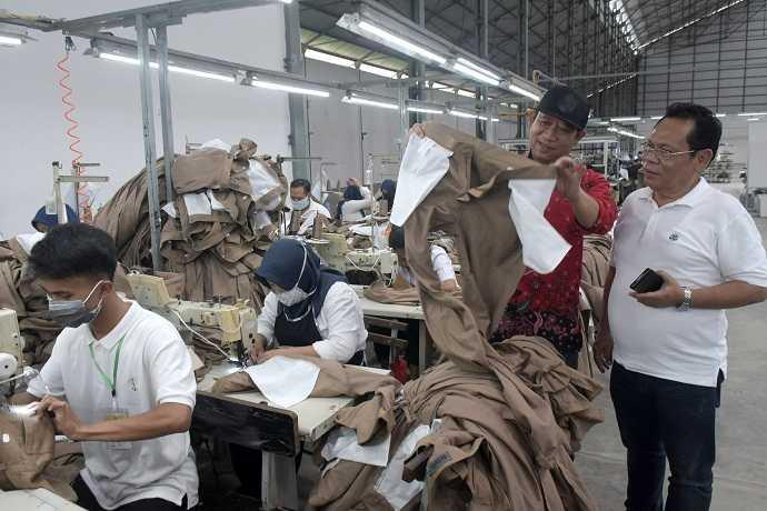 TINJAU PABRIK: Bupati Banyumas Achmad Husein meninjau pabrik tekstik PT Sansan Saudaratex Jaya yang beroperasi menempati gedung eks pabrik gula Kalibagor, Banyumas, Selasa (7/1) (SM/Dian Aprilianingrum)