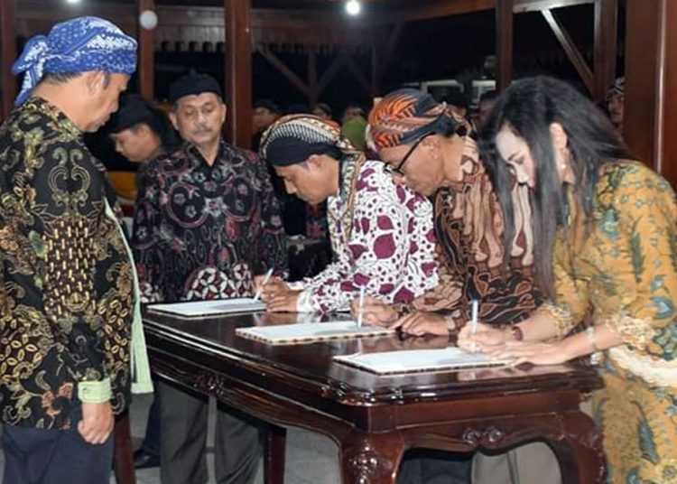 TANDA TANGAN BERITA ACARA:  Tiga perwakilan pejabat menandatangani berita acara pelantikan dan pengambilan sumpah dihadapan Bupati Achmad Husein dan saksi, di Pendapa Si Panji Purwokerto, Kamis (2/1) malam. (SM/dok Humas Pemkab Banyumas)