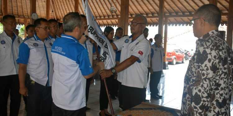 DILANTIK : Ketua Pengkab POSSI Banyumas Yoshua menerima bendera dari Wakil Ketua Pengprov, dalam prosesi pelantikan, disaktikan Wabup Sadewo Tri Lastiono. di pendapa Wabup Banyumas, Rabu (22/1) (SM/dok)
