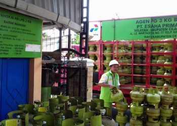 MENDISTRIBUSIKAN ELPIJI: Pekerja mendistribusikan elpiji 3 kilogram di wilayah Kota Cilacap. (SM/dok)