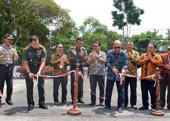 POTONG PITA: Rektor Unsoed, Prof Suwarto MS memotong pita saat meresmikan Taman Agrowisata di komplek GOR Soesilo Soedarman, Kamis (23/1). (SM/dok)