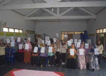 GRADUASI: Para KPM PKH di Desa Pernasidi, Kecamatan Cilongok menunjukkan tanda graduasi dari KPM PKH, Senin (26/1).  (SM/dok)